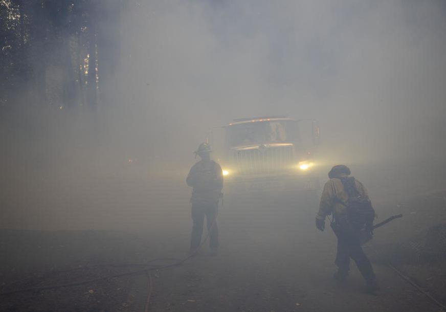 VATRENA STIHIJA U SAD U gašenju požara koji haraju Kalifornijom vatrogascima pomažu i zatvorenici.