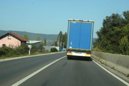 VELIKA TRAGEDIJA Vozač kamiona stradao POD PRIKOLICOM koju je pokušao popraviti