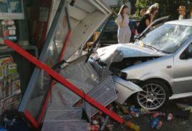 """ZA DLAKU IZBJEGNUTA TRAGEDIJA Automobilom udarila u trafiku i """"zarobila"""" radnicu koju su izvlačili vatrogasci"""