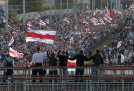 """""""INAGURACIJA KAO TAJNI SASTANAK LOPOVA"""" Ponovo bjesne protesti u Minsku, upotrebljeni vodeni topovi, 10 uhapšenih"""