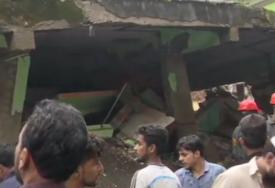 STANARI ISPOD RUŠEVINA  Srušila se zgrada u Indiji, desetine poginulih