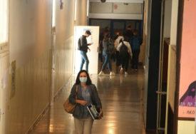 ĐACI U SRPSKOJ PONOVO U KLUPAMA U slučaju pogoršanja epidemiološke situacije nastava će biti OVAKO ORGANIZOVANA