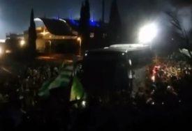 DRAMA NA KIPRU Zvezdin autobus upao u rulju navijača, obračun na ulicama Nikozije, povrijeđena žena sa dvoje djece (VIDEO)