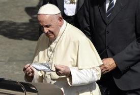 EPIDEMIOLOŠKA SITUACIJA U RIMU OZBILJNA Papa Franjo PRVI PUT nosio masku na molitvi