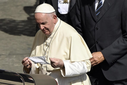 Papa Franjo POD NADZOROM nakon susreta sa kardinalom koji je POZITIVAN NA KORONA VIRUS