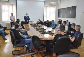 UČENICI NA PRAKSI DOBIJAJU PO 140 KM U Prijedoru potpisani ugovori za stipendiranje 13 učenika