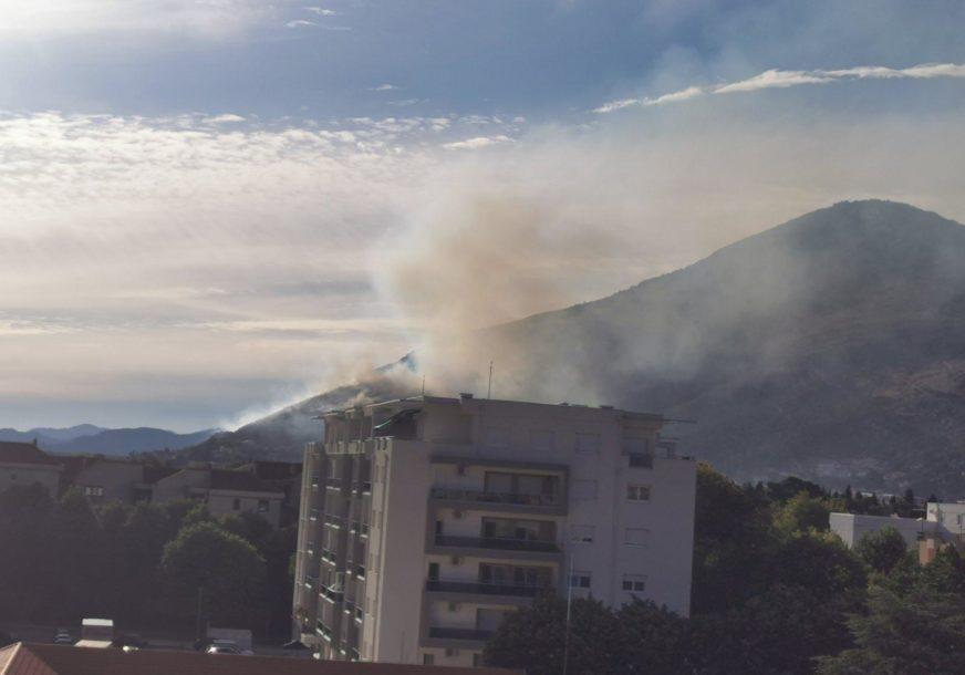 VATRA NE PRIJETI OBJEKTIMA Veliki šumski požar kod Trebinja