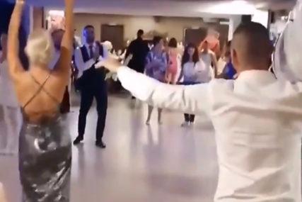 POKLON KUMA SVE ŠOKIRAO Mladoženja oduševljen, a mlada se uhvatila za glavu (VIDEO)