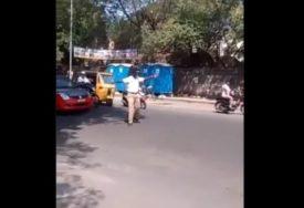 POTEZ KOJI JE OSVOJIO SRCA Policajac zaustavio saobraćaj kako bi poseban pješak bezbjedno prešao ulicu (VIDEO)