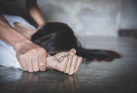 DAVIO ŽENU PRED DJETETOM Muškarac (31) optužen za ubistvo supruge i bludničenje nad MALOLJETNOM PASTORKOM