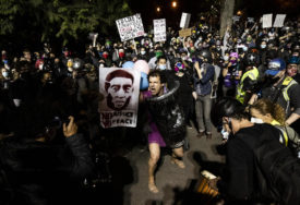 PONOVO NEREDI Sukobi demonstranata i policije u Portlandu