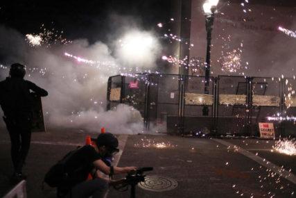 """NEMIRI U PORTLANDU Demonstranti bacali """"vatrene bombe"""" na policiju"""