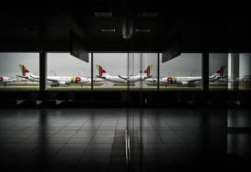 TROJICA SLUŽBENIKA OPTUŽENA ZA UBISTVO Odbio da uđe u avion, oni ga svezali i tukli do smrti