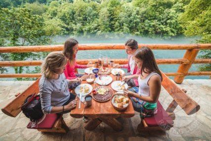 BAKINE PITE, GLAMUROZNI KAMPOVI I PARTIZANSKI SPOMENICI Stručnjaci znaju kako spasiti turizam u RS