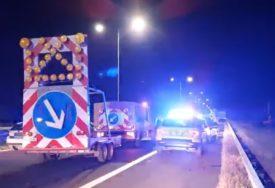 KOMBI PUN PUTNIKA PODLETIO POD KAMION Čovjek ispao kroz šoferšajbnu, poginulo dvoje ljudi