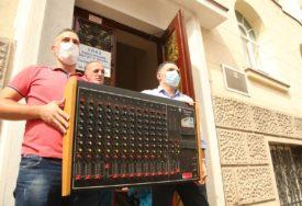 PERFORMANS ISPRED GRADSKE UPRAVE Članovi SDS pokušali da poklone gradonačelniku miksetu iz PREDRATNOG GIGANTA