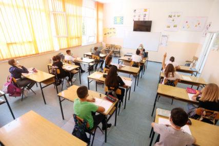 ĐACI SE VRAĆAJU U UČIONICE Tri scenarija za nastavak školske godine