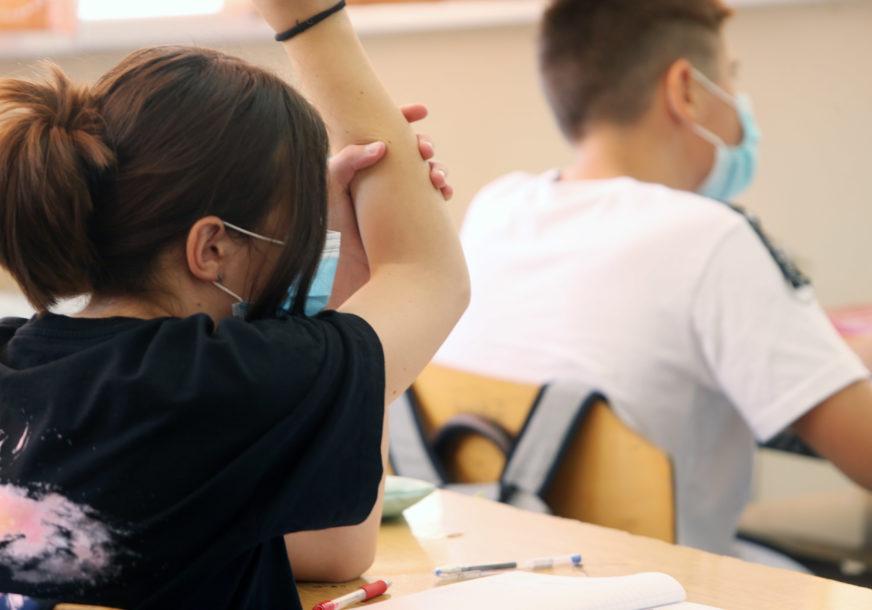 MASKE NOSITI I TOKOM NASTAVE U Srpskoj sve više potvrđenih slučajeva korone kod djece školske dobi