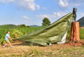 U PRIRODNOJ VELIČINI PRVE DAME U Sloveniji otkrivena nova skulptura Melanije Tramp (FOTO)
