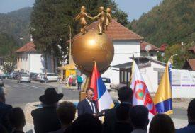 """""""IZBORNU KAMPANJU SDA GRADI NA SREBRENICI"""" Političari iz Srpske o prijetnjama rušenja Spomenika miru"""