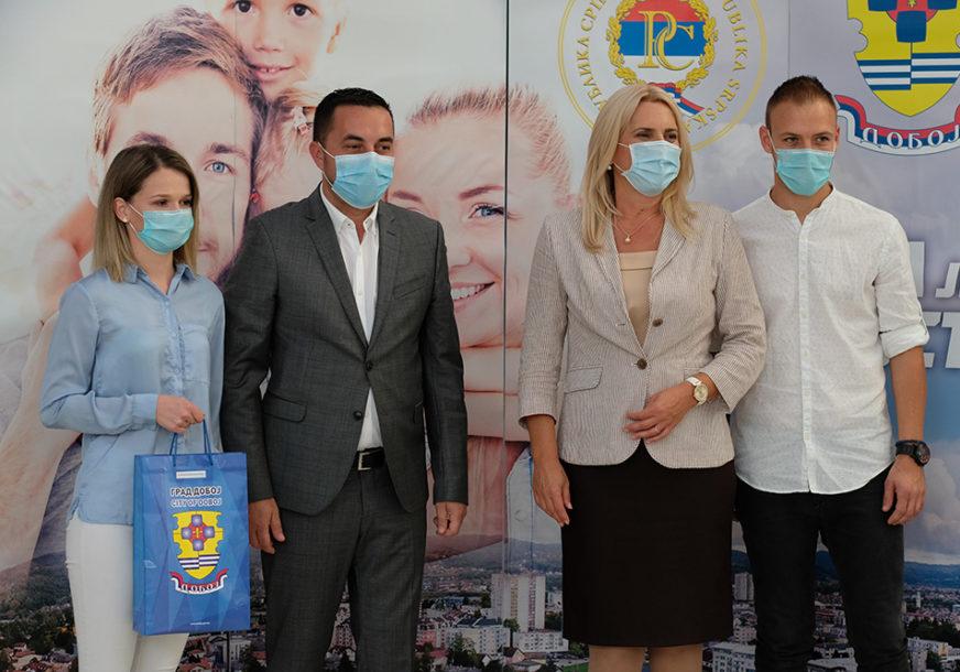 SUFINANSIRANJE PO DVA MODELA Željka Cvijanović i Boris Jerinić uručili mladim bračnim parovima KLJUČEVE STANOVA (FOTO)