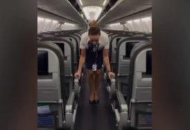 NJENE AKROBACIJE U AVIONU SU HIT Stjuardesa ovako zatvara pretince za ručni prtljag (VIDEO)