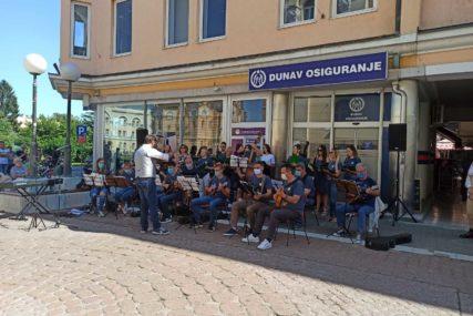 PRIJATNO IZNENAĐENJE ZA PROLAZNIKE Koncert i likovna kolonija u centru Banjaluke