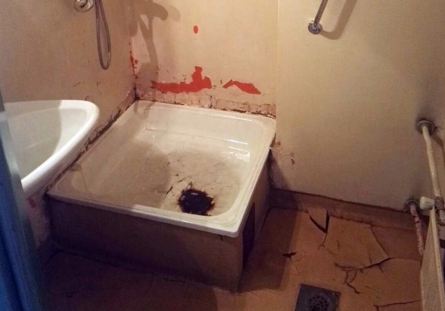 Užas u kupatilima za porodilje: Pogledajte gdje se kupaju mlade majke na UKC RS