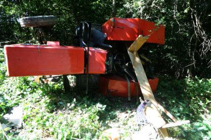 TRAGEDIJA U LAKTAŠIMA Vozač poginuo pri sletanju traktora