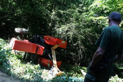 TRAGEDIJA U ŠUMI Žena poginula prilikom prevrtanja traktora