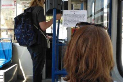 OPASNA PORUKA U TRAMVAJU Žena je sjedila iza vozača i bila šokirana onim što je pročitala (FOTO)