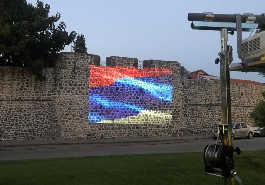 DAN SRPSKOG JEDINSTVA U TREBINJU Zidine Starog grada u bojama TROBOJKE (FOTO)