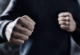OSUMNJIČENI ZA ZLOSTAVLJANJE I ZELENAŠENJE Dvojica nasilnika tukli mladića i to SNIMALI TELEFONOM