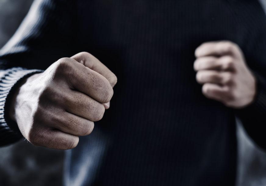 BRUTALNO PRETUKLI SUGRAĐANINA Tri osobe predate Tužilaštvu zbog nanošenja TEŠKIH POVREDA