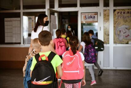 """Školama podijeljeni udžbenici """"U slučaju da djeca oštete, izgube ili pošaraju knjige, roditelji NEĆE PLAĆATI ODŠTETU"""""""