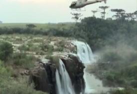 KOBNO FOTOGRAFISANJE Prijateljice napravile selfi kraj vodopada, pa pale sa 30 metara visine (VIDEO)