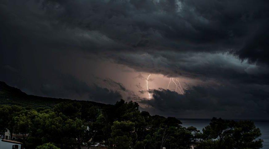 NEVJEROVATAN SNIMAK Uragan Sali PREVRNUO KAMION na autoputu tokom vožnje (VIDEO)