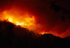 VATROGASCI SE BORE SA VATRENOM STIHIJOM Noćas izbio veliki požar, zahvatio i nekoliko skladišta