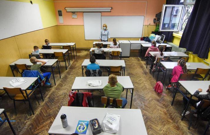ĐACI VAN KLUPA Zatvorena škola u Rimu zbog brazilskog soja korona virusa