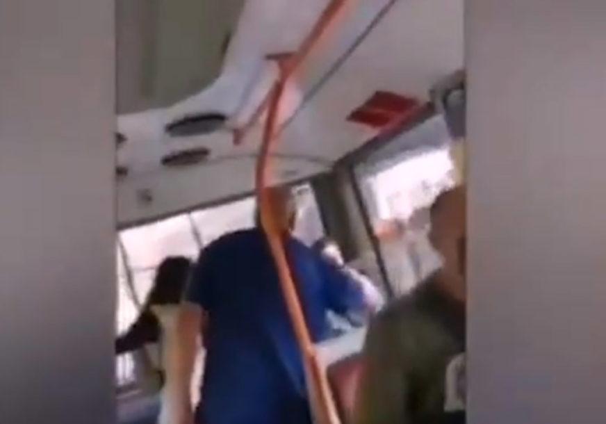 """HOĆEŠ ŠAMARČINU"" Svađa vozača i putnika bez maske u javnom prevozu (VIDEO)"