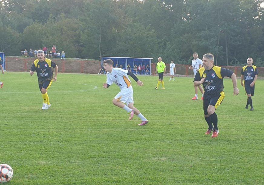 SKINUO KRAVATU, NAVUKAO KOPAČKE Ministar Šeranić zaigrao fudbal s prijateljima iz FK Plamen (FOTO)