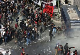 """HAOS U ATINI Grci se okupili da kažu """"NE FAŠIZMU"""", pa uslijedio sukob s policijom (FOTO, VIDEO)"""