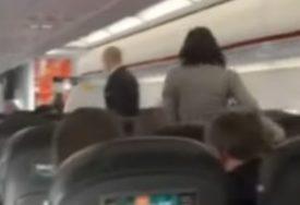 ŠOKANTNA SCENA IZ AVIONA Odbila da nosi masku pa kašljala na putnike