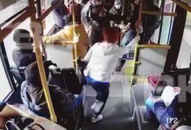 ŽESTOKA TUČA ZBOG MASKE Putnik napao kontrolorku koja ga je opomenula zbog kršenja mjera (VIDEO)