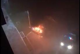 """BURNA NOĆ U DOBOJU Zapaljen""""ford"""", intervenisali vatrogasci (VIDEO)"""