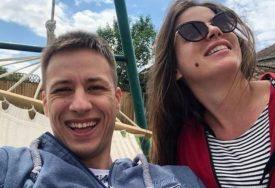 """""""NIŠTA MI NIJE JASNO"""" Pjevač čeka bebu sa zgodnom blogerkom, a njegovo priznanje je ŠOKIRALO"""