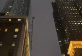 VATROGASCI NA MJESTU INCIDENTA Vjetar pokrenuo kran, krhotine zgrada padale na ulicu (VIDEO)