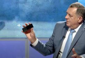 NE ZANIMAJU GA TVITERAŠI Za Dodika su društvene mreže POTPUNO LAŽLJIVE, a koristi prastari tip mobilnog telefona