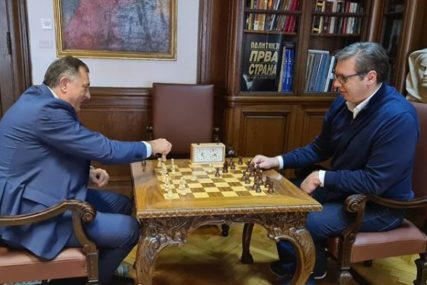 ODVOJILI VRIJEME ZA BRZU PARTIJU ŠAHA Završen susret Dodika i Vučića o izgradnji aerodroma u Trebinju (FOTO)