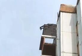 JEZIVA SCENA U CENTRU BEOGRADA Muškarac visio na 12. spratu, pa pao ispred vozila Hitne pomoći (VIDEO)